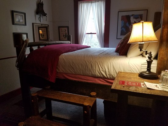 Mile High Inn: Our 'mile high' bed in 'Lauriat and Lace'