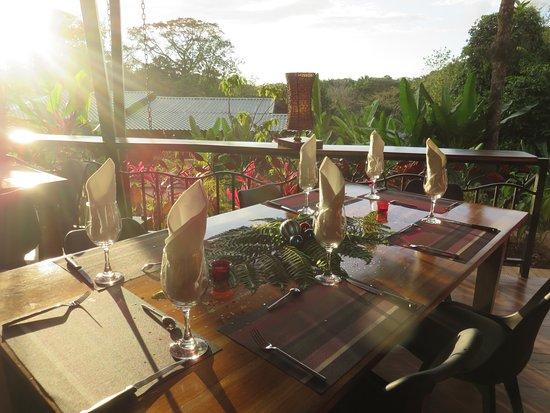 Ojochal, Costa Rica: Vista del valle con atardecer