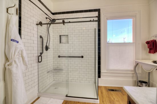 Coupeville, WA: Bell Tower Suite bathroom - shower.