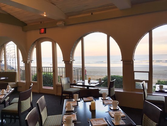 La Jolla Shores Hotel: Dining room has an outstanding view of the ocean
