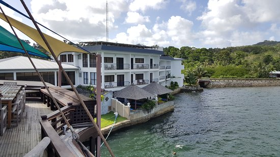 Manta Ray Bay Resort: View from the boat to the rooms
