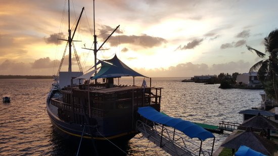 Manta Ray Bay Resort: The Boat is where all dinning takes place.