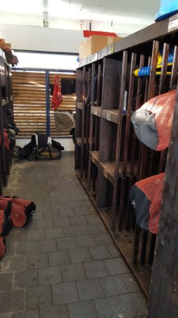Manta Ray Bay Resort: Shelves for storing diving gear at the dive shop, assigned by room