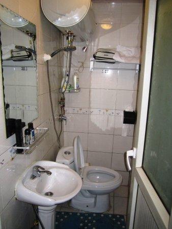 Happy Dragon Hostel: Casa de banho pequena, fria e desconfortável. A precisar de reparos.