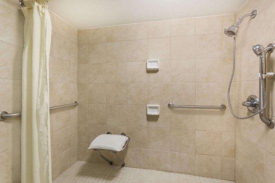 Perry, GA: Roll-in shower handicap accesible