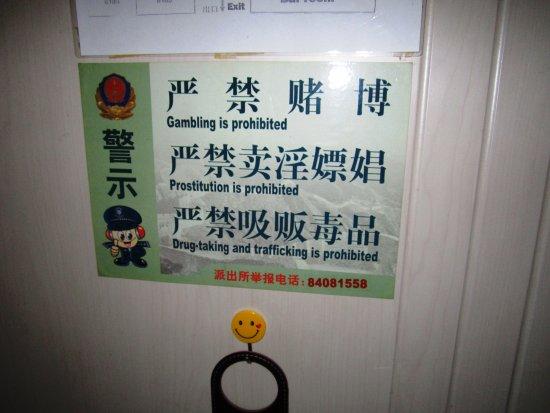 Happy Dragon Hostel: Os avisos ao hóspede. Ali é um local de respeito! Boa ideia