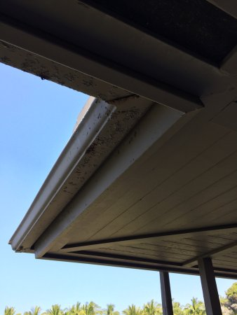 Four Seasons Resort Hualalai: Deck gutters peeling
