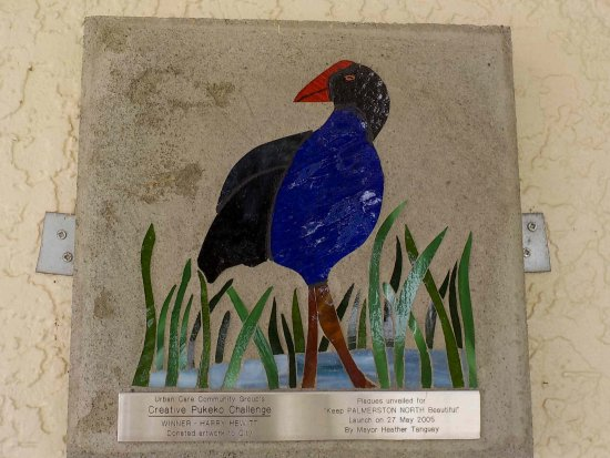 Palmerston North, Nueva Zelanda: Pukeko - community art on iSite wall