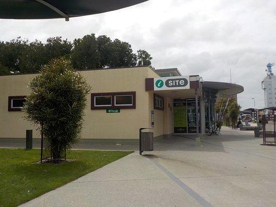 Palmerston North, Nueva Zelanda: iSite building from bus interchange