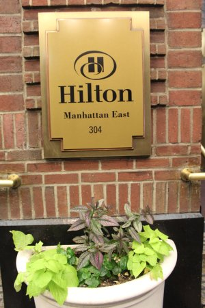 Hilton New York Grand Central: Hotel entrance