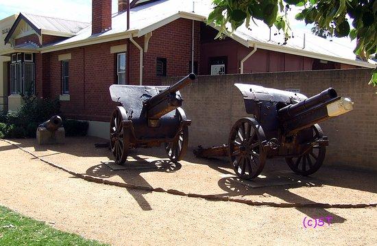 Castlemaine, Australia: three guns