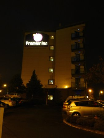 Premier Inn Dublin Airport Hotel: Premier Inn by night