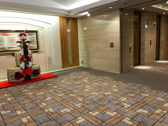 Imperial Hotel Tokyo: Elevator lobby to the Tower building