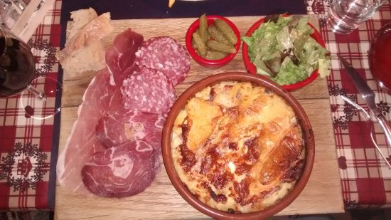 Bourg Saint Maurice, ฝรั่งเศส: The Tartiflette and Charcuterie special