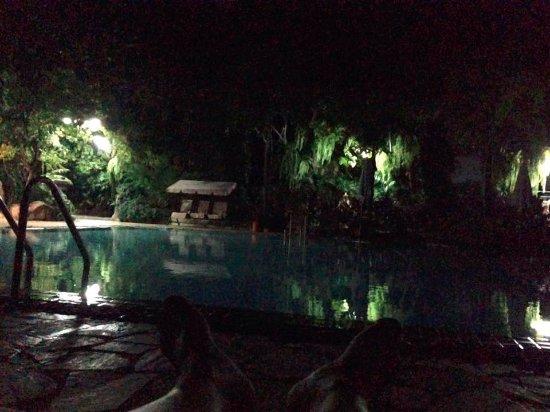 Fairtex Sports Club Hotel: Khu vực bể bơi khách sạn vào buổi đêm. Bạn có thể tự do bơi lội và không sợ làm phiền