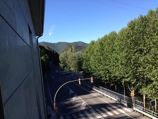 Campdevanol, Spain: Vista desde la ventana de la habitación,no hay balcón. Se aprecia la carretera nacional.