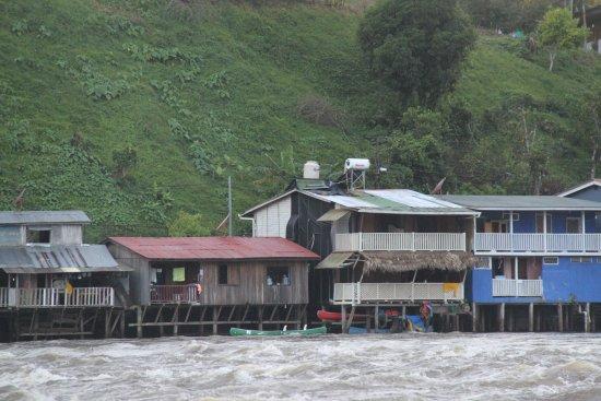 El Castillo, Nicarágua: zicht op de eco-lodge vanaf de Rio San Juan