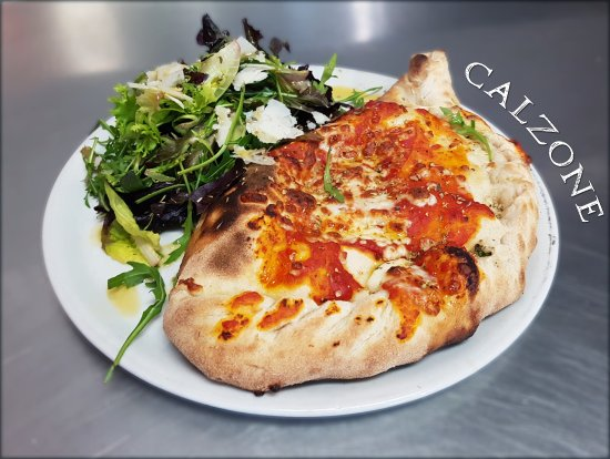 Ecully, Frankrike: Pizza Calzone : Base tomate, mozzarella, jambon blanc, oeuf, champignons