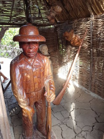 Trois-Ilets, Martinica: une des statues en bois
