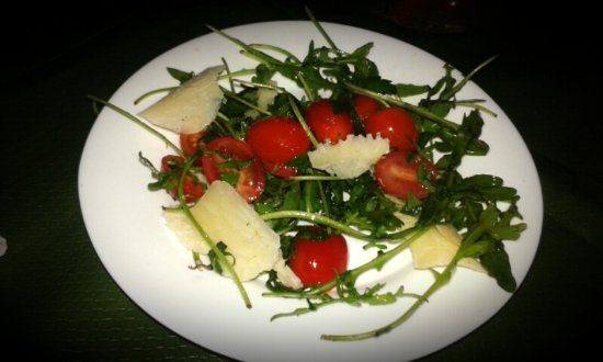 Ayamonte, Spanje: Salad with rucula, cherry tomatoes, virgin olive oil and parmesan!