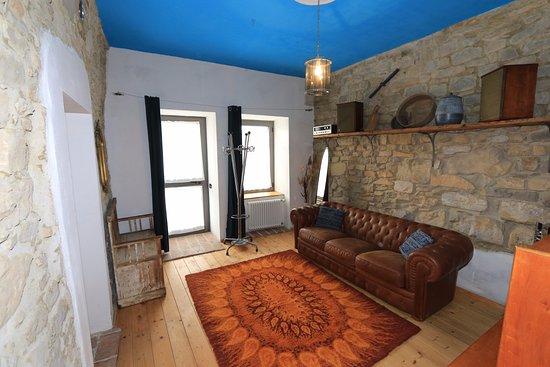 Pellegrino Parmense, İtalya: camera Greca: superior composta da due stanze comunicanti separate da una porta.Zona salotto