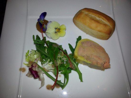 Saint-Zacharie, France: foie gras mi-cuit et chutney passion avec pain brioché maison et fleurs