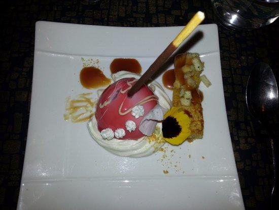 Saint-Zacharie, France: pomme d'amour destructurée et brioche flambée au calva accompagné de sauce caramel et chantilly