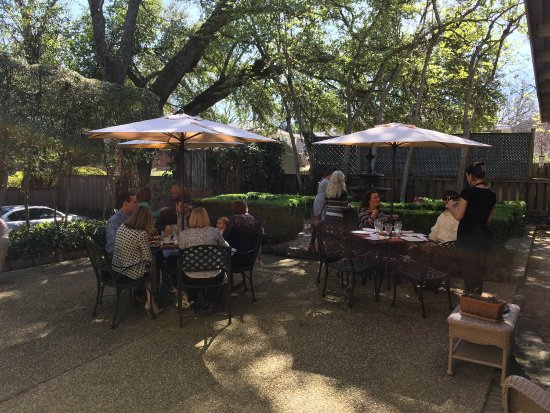 Cafe Anchuca at Anchuca Historic Mansion : Anchuca's courtyard is a great place for Sunday brunch.