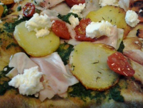 Luzzara, Italia: Crema di radicchio verde, patate al timo, porchetta e datterino corfì al basilico.