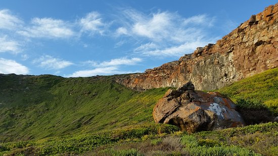Plettenberg Bay, Sudáfrica: The cliffs on the south side, containing the caves used by our ancestors!