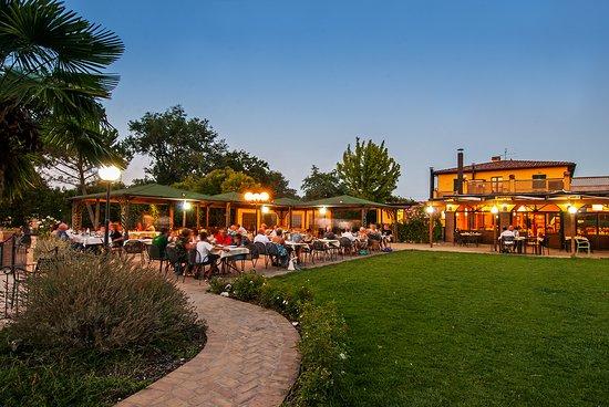 Papiano, Italy: Cena estiva in giardino