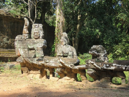The Victory Gate: Statues