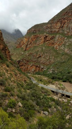 De Rust, Afrique du Sud : View down the pass from the waterfall on a cloudy day.