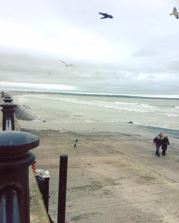 Tramore, Irlande : The ramp down to beach