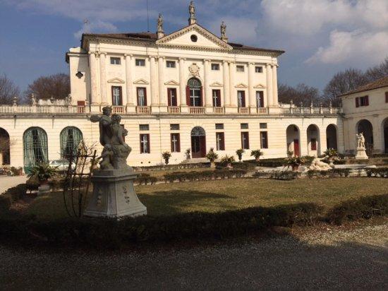 Piombino Dese, Italy: Facciata e giardino