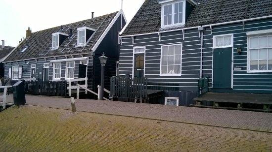 Marken, Nederland: tante righe intorno al porto