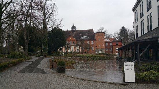 Crivitz, Deutschland: Hinten das Schloss - rechts die Waldresidenz