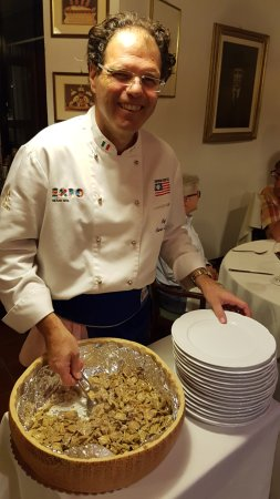 Cortemilia, Italia: Carlo serving good food