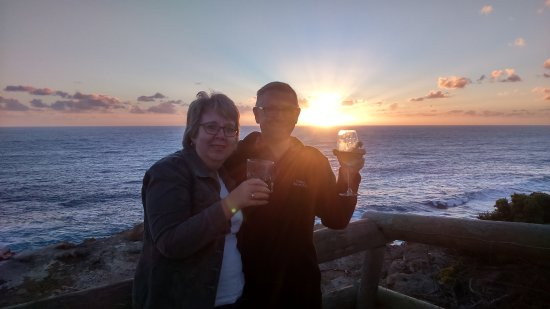 Cape Nelson Lighthouse Cottages: Wine by the cliffs