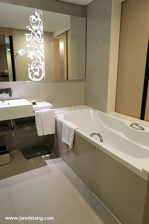 Four Points By Sheraton Bangkok, Sukhumvit 15: the wooden door between bathroom and bedroom can be opened