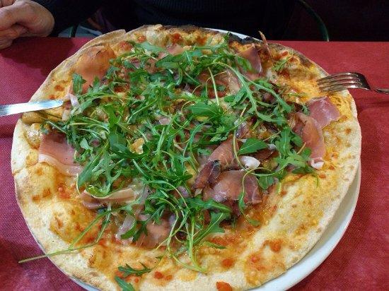 Dozza, Italia: pizza speck, porcini e rucola