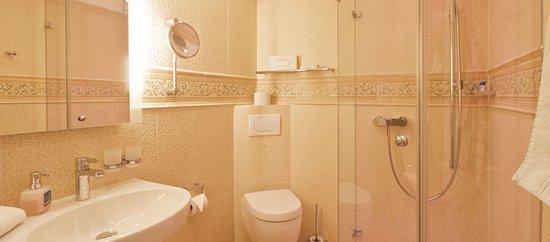 Ein stilvolles Badezimmer in warmen Farben - Bild von Ostsee ...