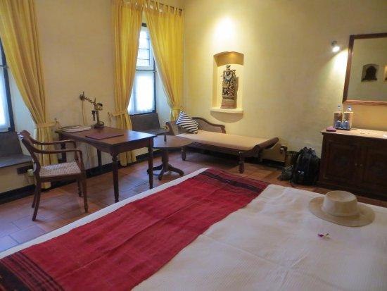 Old Harbour Hotel: Simple but pleasing bedroom