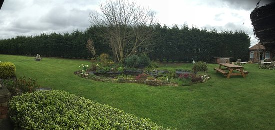 Upper Poppleton, UK: Private Residents garden. Bring on the sunshine!