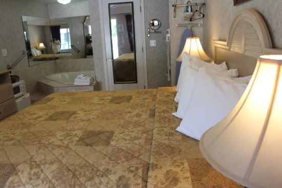 Country View Inn & Suites: Deluxe King Bed Jacuzzi NS