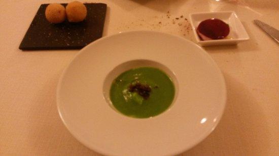 Verres, Italia: Stracciatella alla scarola e olive, sandwich barbabietole e bleu d'Aoste e crocchette di fontina