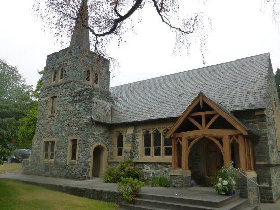 Queenstown, Nieuw-Zeeland: Old style slate grey church