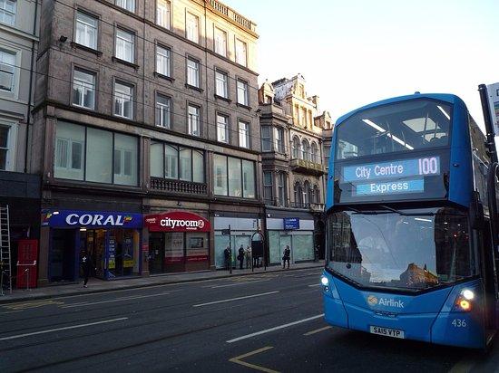 Cityroomz Edinburgh: Il bus da/per aeroporto con fermata proprio davanti all'hotel