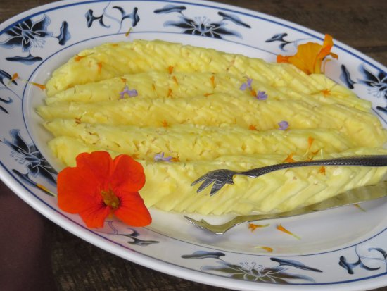 Kula, HI: pineapple to cleanse with herbs and flowers