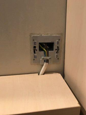 เอวรี, ฝรั่งเศส: Dans la salle de bain les fils électriques sont visibles. C'est dangereux
